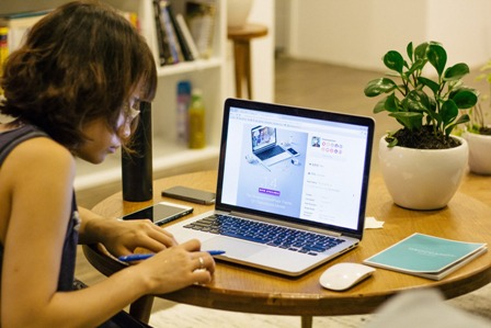 Online Courses - Woman at home computer