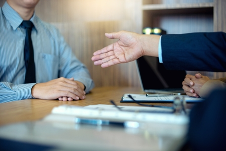 job interview Tips2 - handshake at job interview