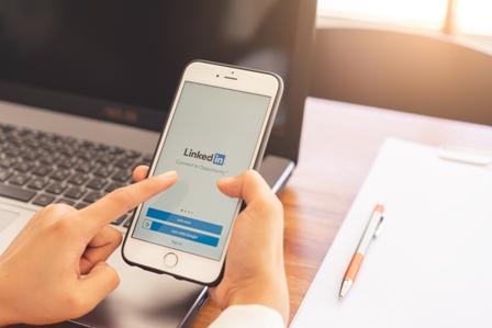 PODCAST LinkedIn - Smartphone and Laptop
